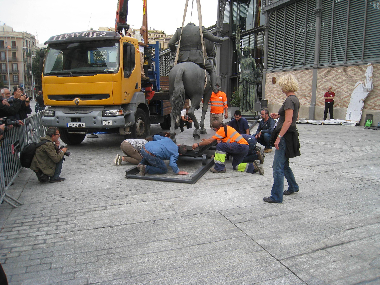 Franco en el moment de ser encaixat al pedestal