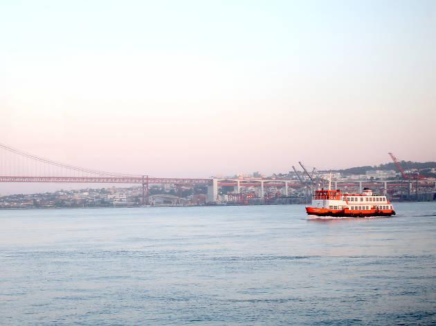 06.30 - Veja o nascer do sol à beira do rio