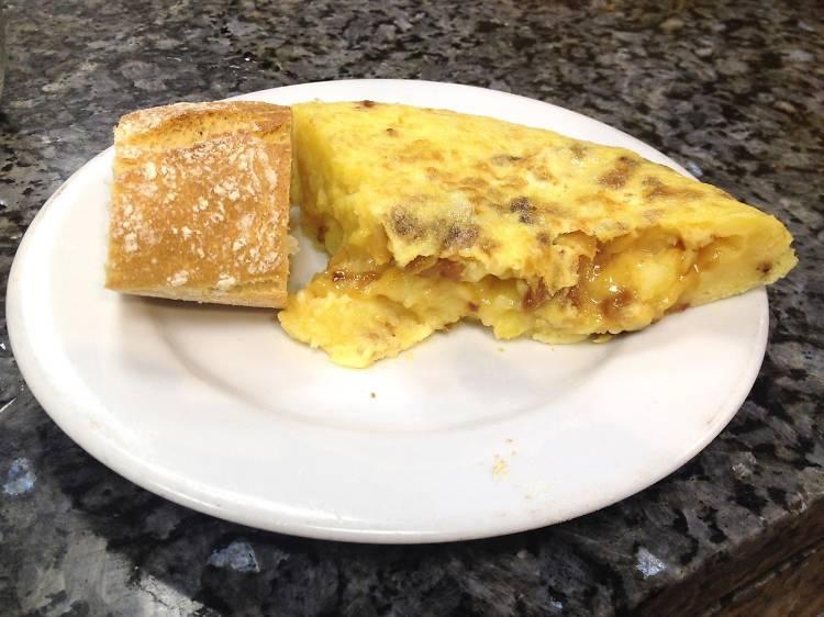 Almorzar un café con pincho de tortilla en Casa Dani