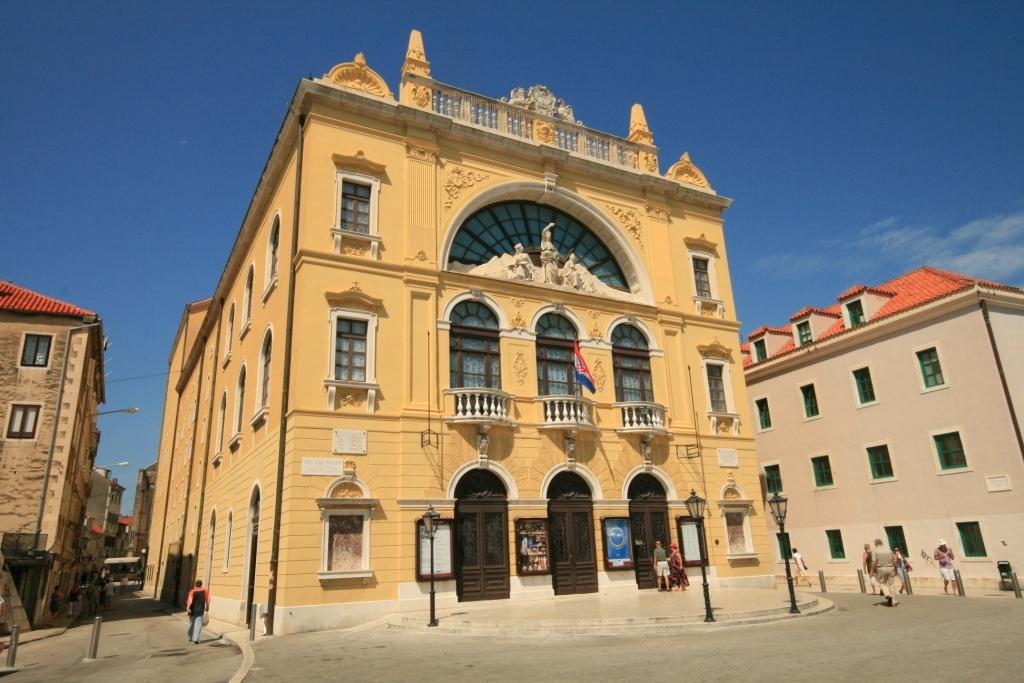 Split national theatre
