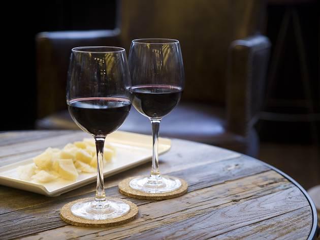 Cata de vinos en el praktik vinoteca for Cata de vinos barcelona