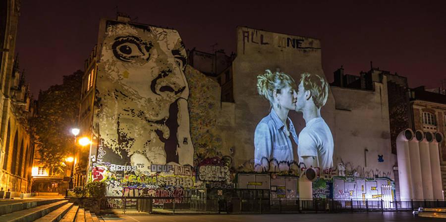 Toutes les nuits, un street artiste projette de l'amour sur les murs de Paris