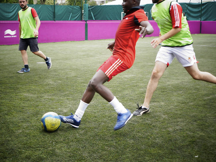 Faire un foot ou jammer avec des personnes réfugiées avec Singa