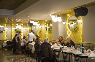 Grey Food & Drink'in rengârenk duvarları var.