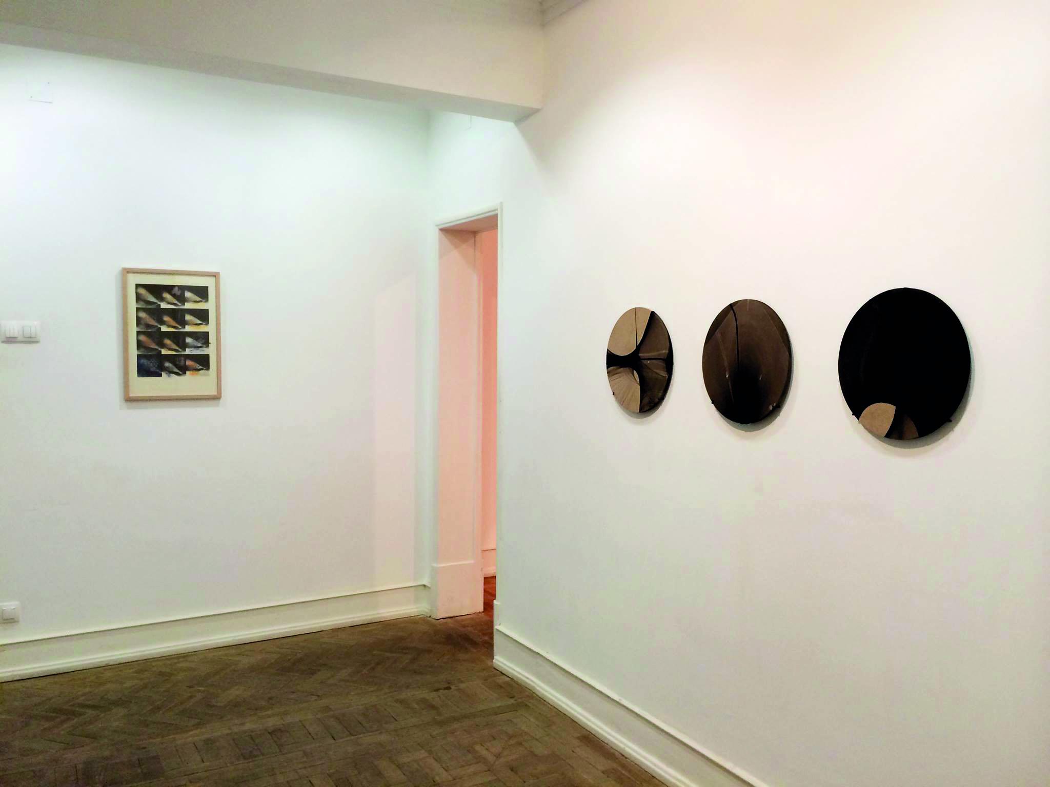 """Vista da exposição """"PAPERWORKS II, além do desenho"""" com obras de Ernesto de Sousa, e Juliane Solmsdorf na Galeria Belo-Galsterer"""