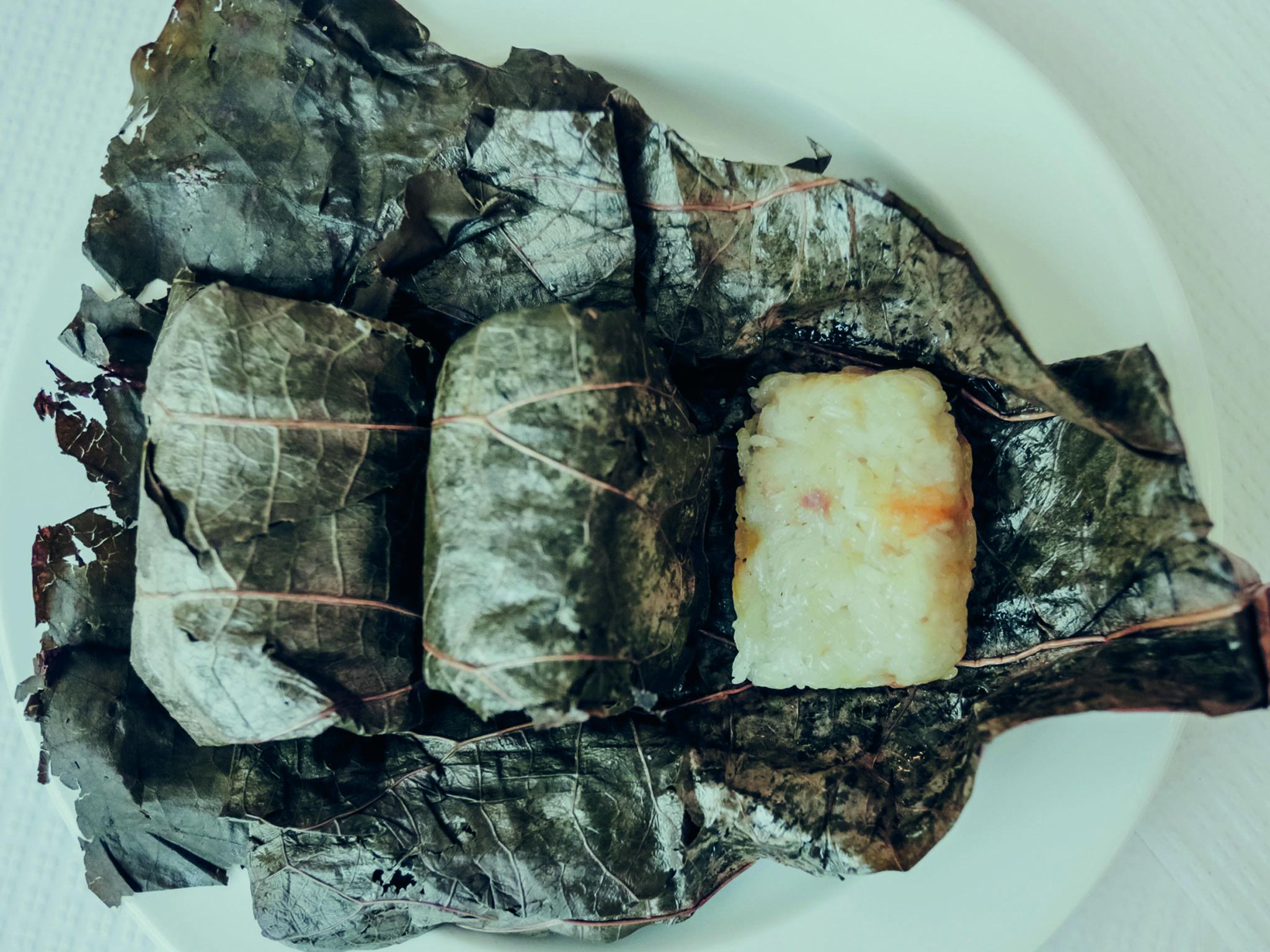 Arroz de galinha enrolado em folha de lodao do Yum Cha Garden