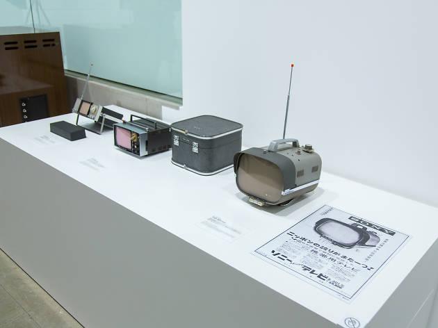 トランジスタテレビ(手前世界初のポータブル・トランジスタテレビ)
