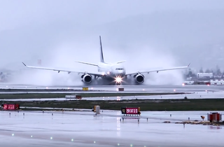 Aterrant sota la pluja [VÍDEO]
