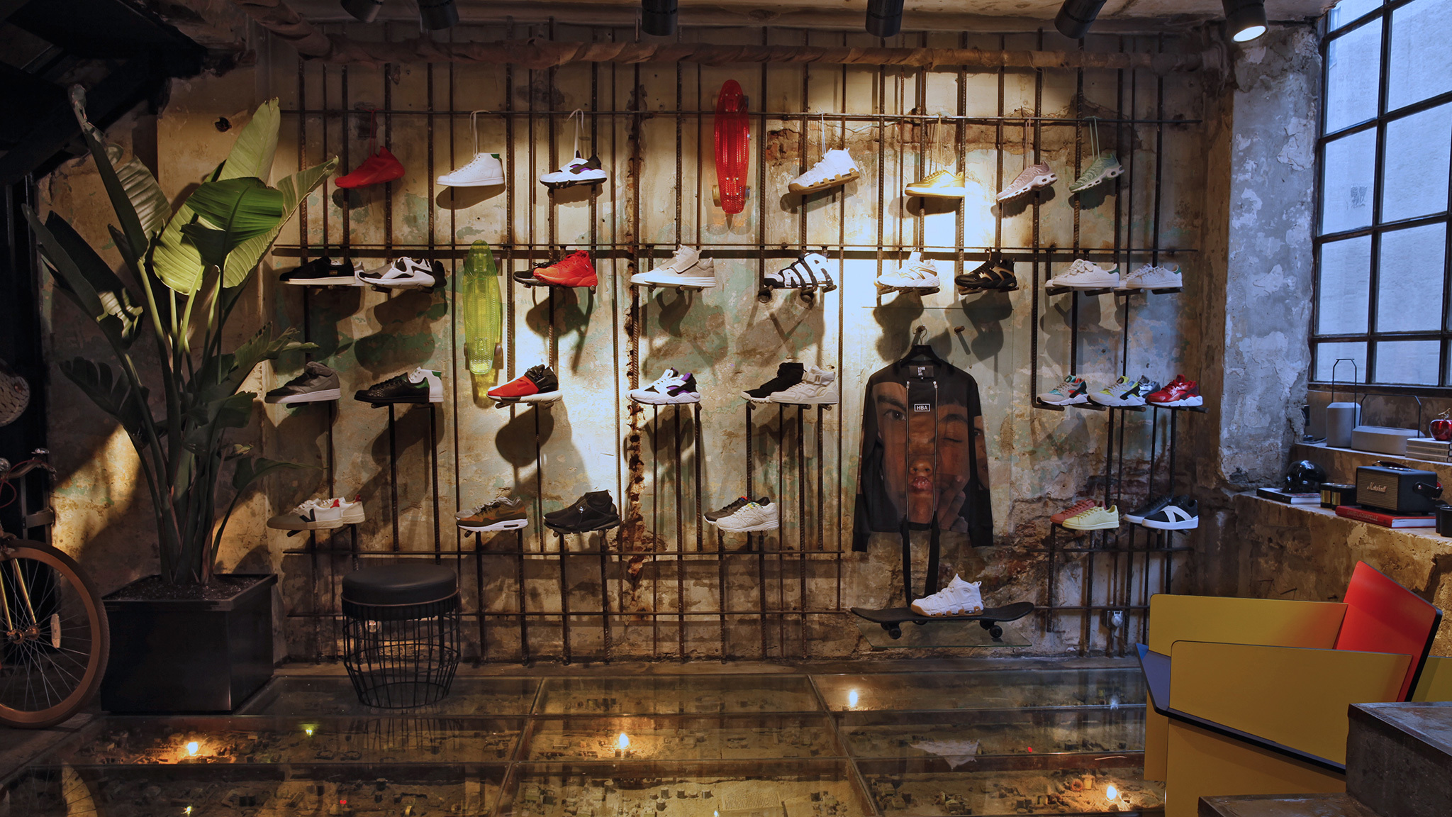 shopi go no:62 mağazasının sneaker reyonu