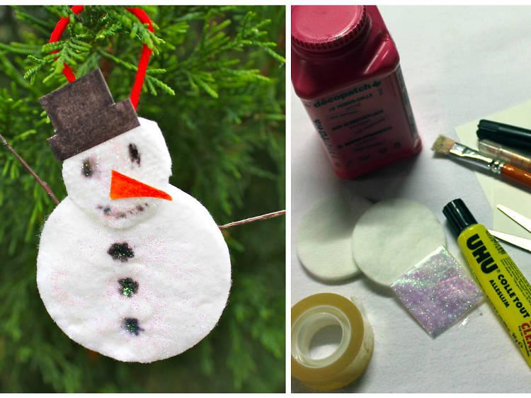 Un bonhomme de neige avec deux disques de coton