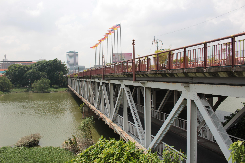 Hang out at the Kota Bridge
