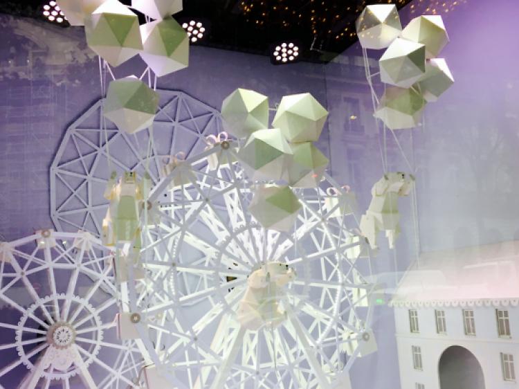 S'émerveiller devant les vitrines de Noël