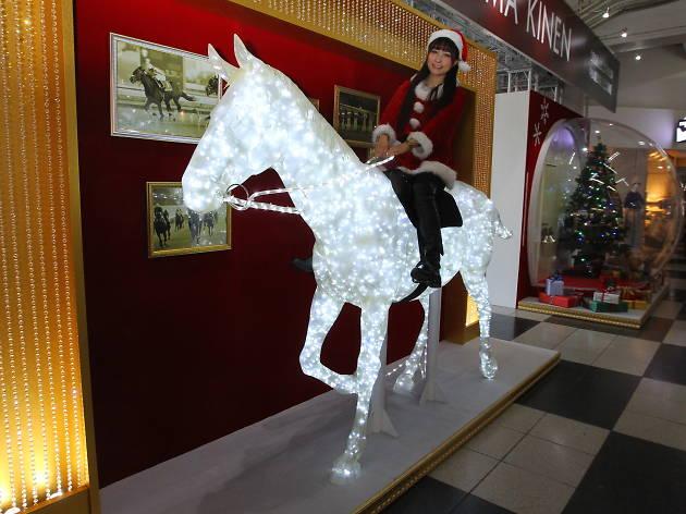 乗馬可能な、馬像イルミネーション&巨大Xmasドームの中に入って撮影できる!
