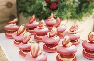 苺とカスタードをサンドしたピンク色の「ストロベリーマカロン」