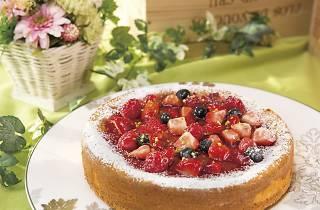 ベイクドチーズケーキに、3種のベリーでふんだんにデコレーションした「ストロベリーチーズケーキ」