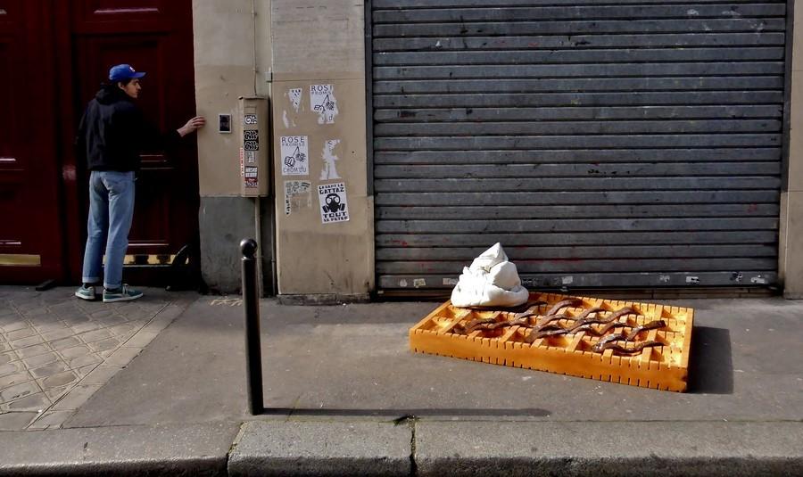 Une street artiste transforme les encombrants des rues parisiennes en art