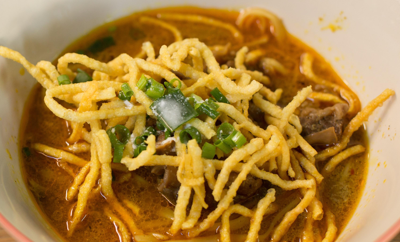 Pollo al curry con fideos