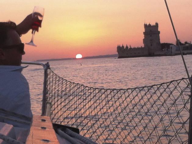 Andar de barco à vela no Tejo