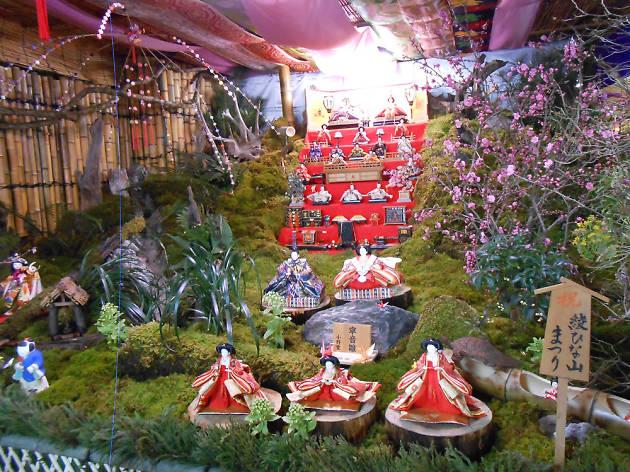山の中へ雛人形を飾る雛山/宮崎・綾町