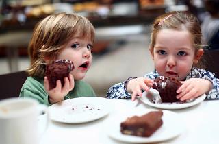 enfants mangent gâteaux