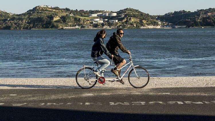 Casal a andar de bicicleta em belém