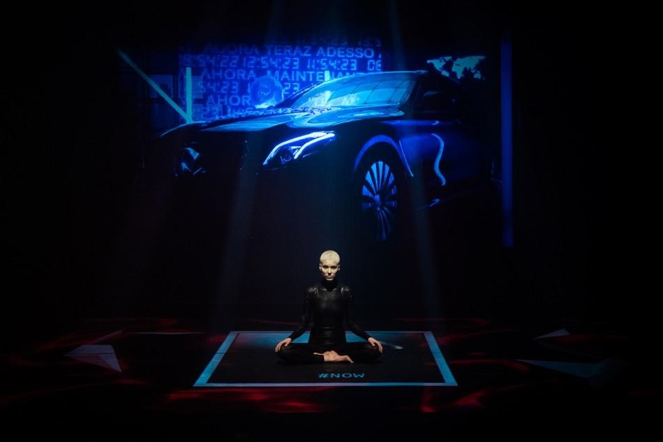 Mercedes-Benz célèbre l'instant présent avec une performance