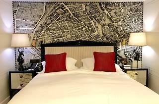 Parisiens qui dorment à l'hôtel à Paris