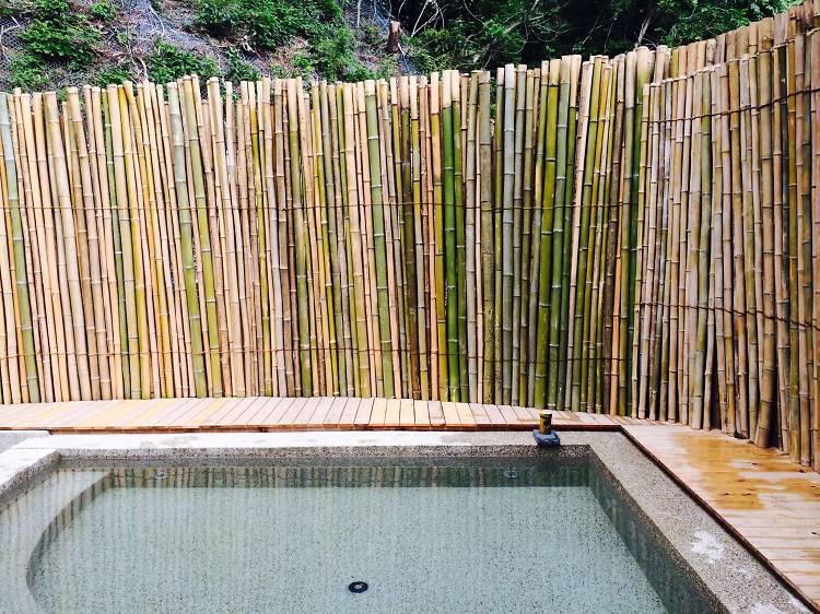 露天風呂は薪で焚く。