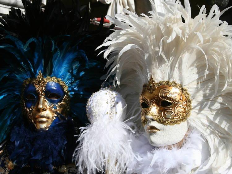 El CBA durante el baile de máscaras