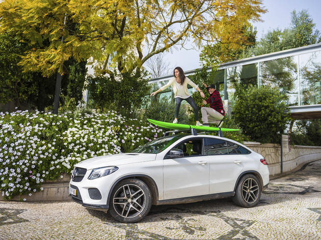 McNamara e maria em cima de carro