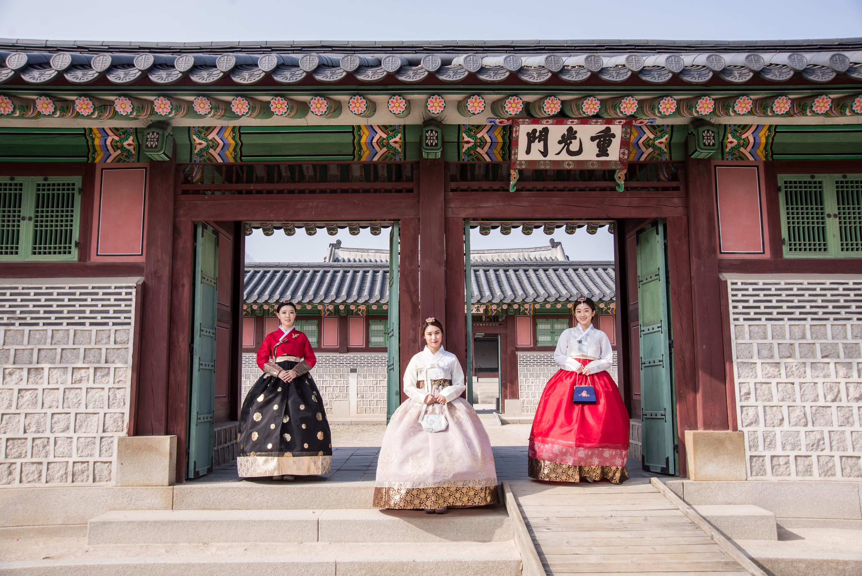 주말, 서울을 물들이는 한복의 물결