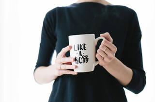 Mulher com chávena de chá