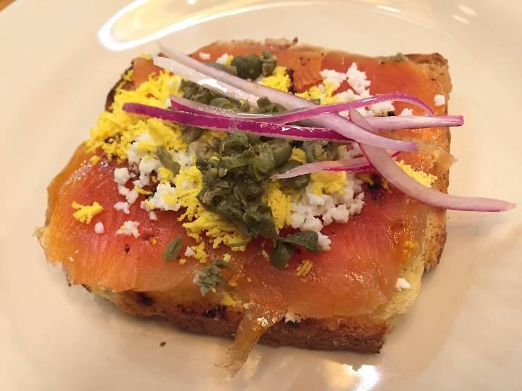 Pan tostado con salmón