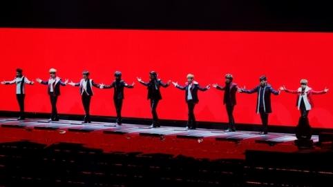 banda de kpop Super Junior durante concierto