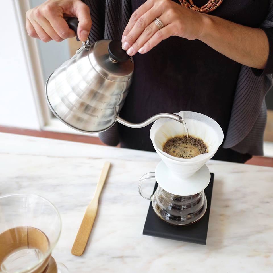 Beba um café e leia uma revista no Manifesto