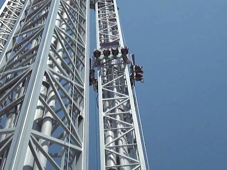 Sentir el vértigo en la torre de caída más alta de España