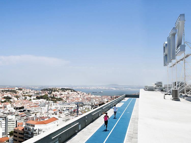 Há uma pista de atletismo no topo do Hotel Ritz