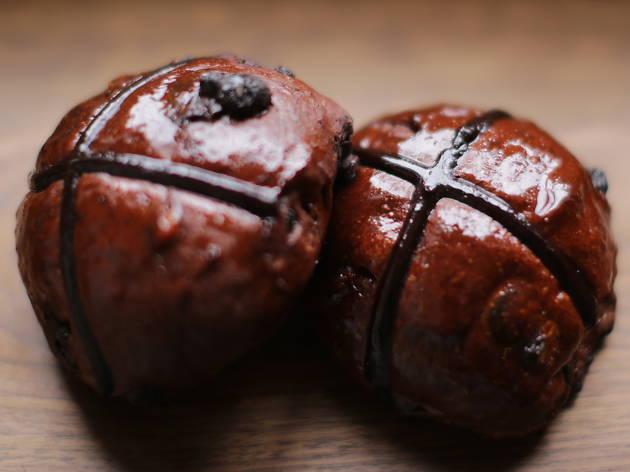 Mork chocolate hot cross buns