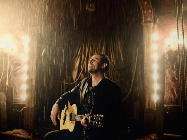 Roger Mas, a guitarra i veu
