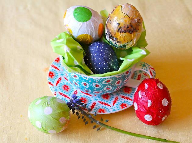 Des œufs décorés de serviettes en papier...