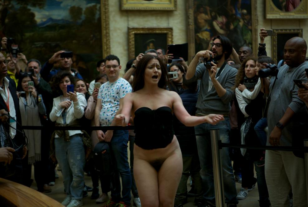 Deborah de Robertis nue devant la Joconde