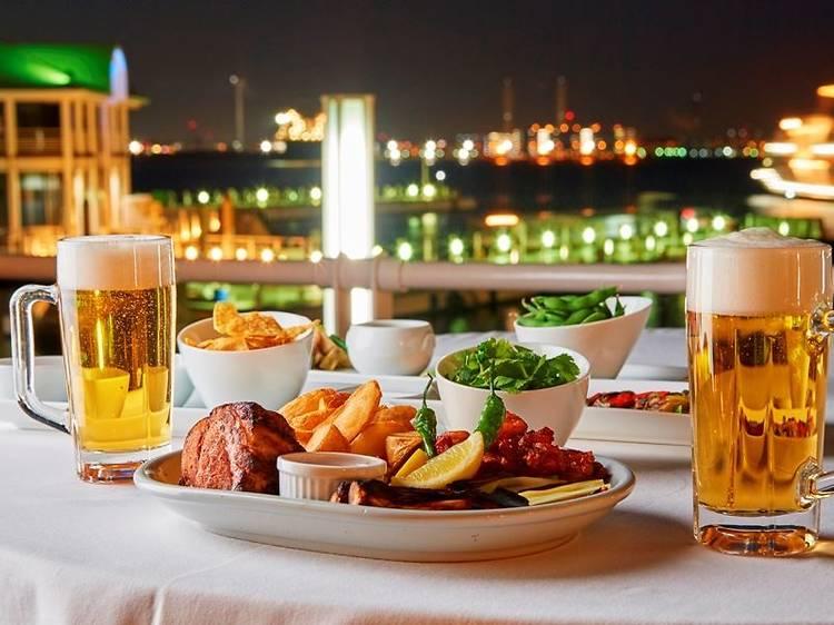 ビールは屋外で飲み干す。世界の料理やバーベキューなど、進化するビアガーデンを追う。
