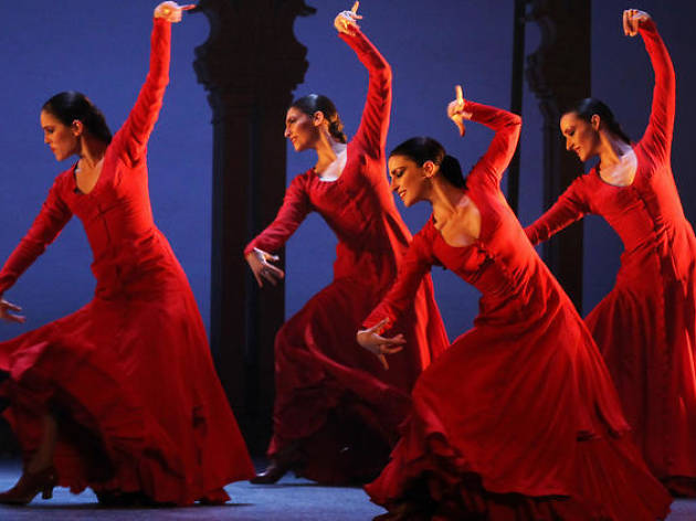 Bailarinas interpretando flamenco en el escenario