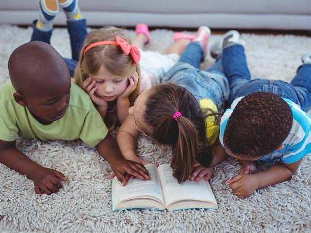 nens llegint