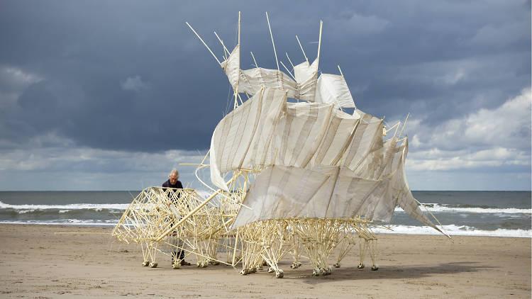 Escultura del artista Theo Jansen