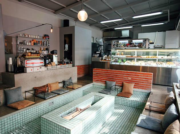 목욕탕과 수영장 사이, 이색 카페 4