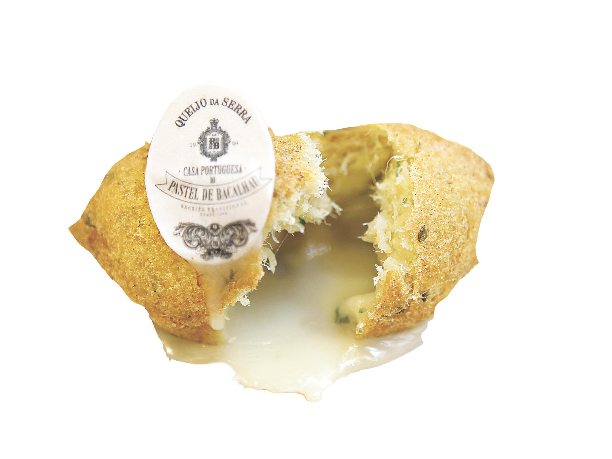 Comer um pastel de bacalhau com recheio de queijo da Serra