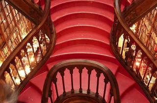 escadaria da livraria lello
