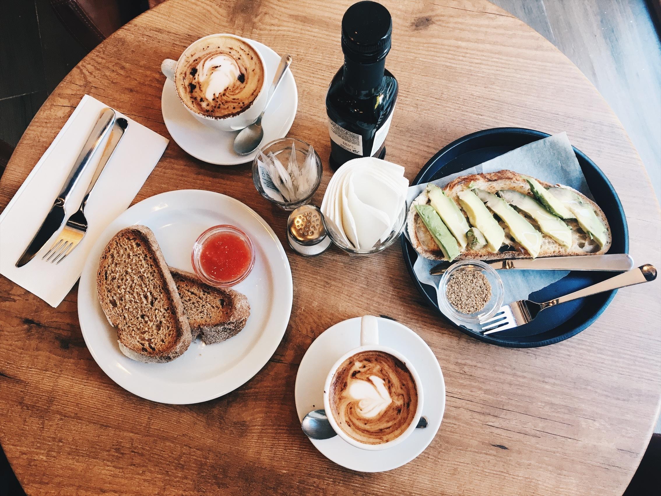 Tostada aguacate Rebel Café