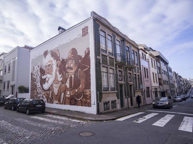 Admire obras de arte na Rua de Miguel Bombarda